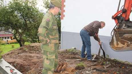The grenades were found in a garden, near the house. Photo: Anne Lognvik/NRK