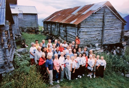 The family gathered by the farm buildings at Nedberge (Photo: Jan Johannesson)