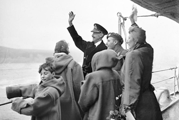 Photo: Wikimedia Commons The Royal family on their return from England six months after the liberation of Kirkenes. HRH King Harald V is on the far left.