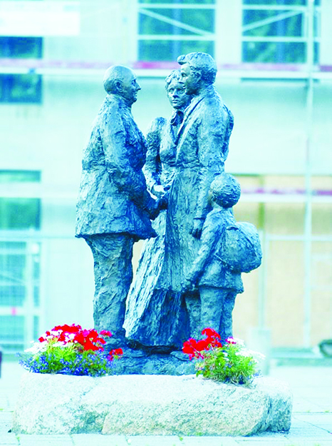 Photo: Visitnorway.com Tore Bjorn Skjolsvik's statue depicting the separation of emmigration.
