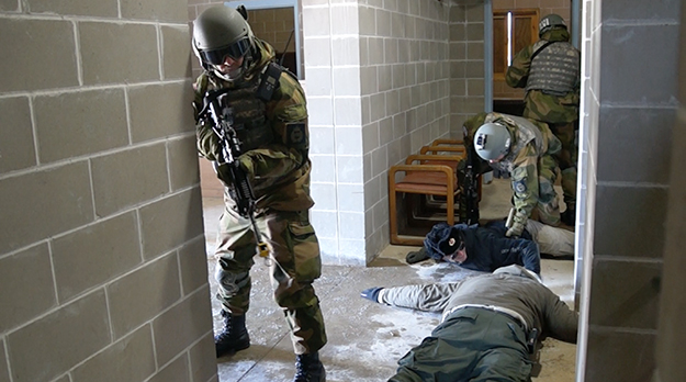 Photo: Aaron Hagström Norwegians with two prisoners, played by Minnesota Guardsmen.