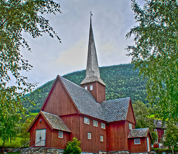 Photo: Henny Stokseth / Wikimedia Commons Fåvang Kirke features contrasting dark walls and white steeple.