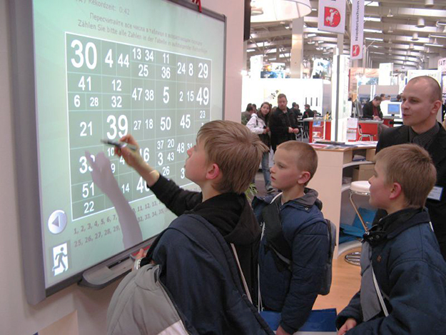 Photo: svonog / Wikimedia Commons Computer-aided learning, like this interactive whiteboard, may not be helping students.