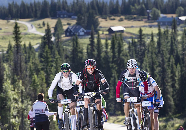 Photo: Geir Olsen / Birken  Each with their backpack, cyclists took to the beautiful Norwegian scenery.