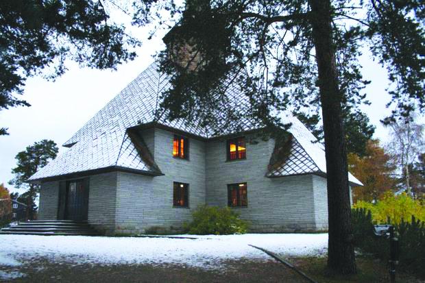 Photo: Visitnorway.com, Kirkesok.no Dombås kirke, a cruciform church built in 1939.