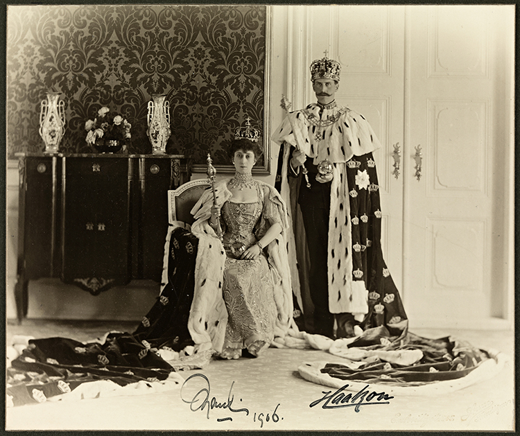 Photo: Peder O. Aune / National Library, Norway Official coronation photo of King Haakon VII and Queen Maud, 1906.