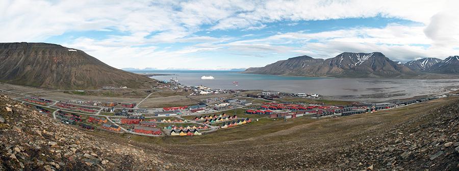 Photo: Hylgeriak / Wikimedia Commons Longyearbyen on Spitsbergen Island in the Svalbard Arctic Archipelago, in July 2011.
