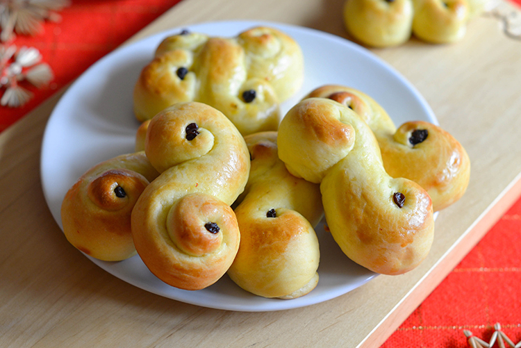 A plate of lussekatter.