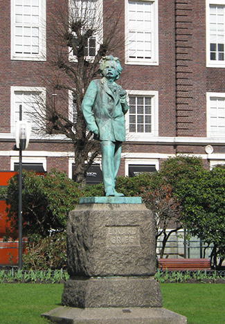 Edvard Grieg statue