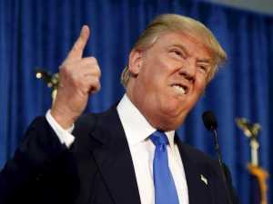 Donald Trump grimaçant un doigt en l'air