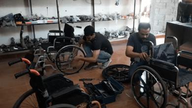 صديقان يساعدان ذوي الاحتياجات الخاصة في إصلاح الكراسي المتحركة (فيديو وصور)