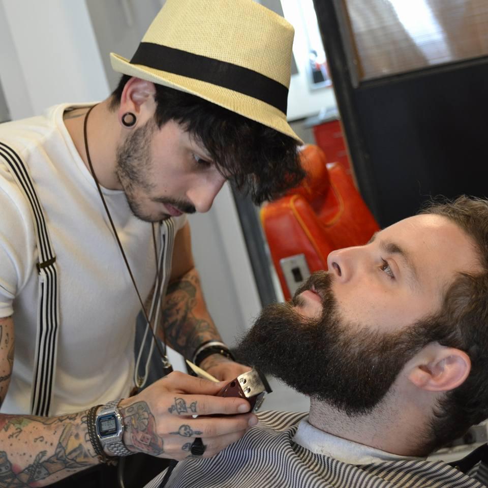 Abel retocando mi apreciada barba ;)