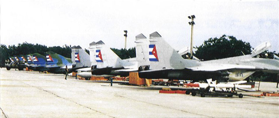 Caças MiG-29 (à frente) e MiG-23 (atrás) em perfeitas condições, algo raro hoje em dia na Força Aérea de Cuba