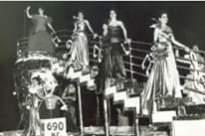 La imagen puede contener: 1 persona, en el escenario y noche