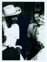 La imagen puede contener: 3 personas, personas de pie y sombrero