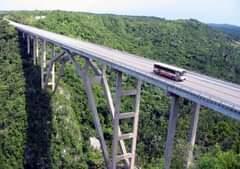 La imagen puede contener: puente, cielo, exterior y naturaleza