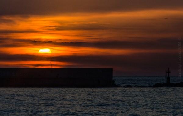 Uno spettacolo arancione dalla spiaggia della Chiaia