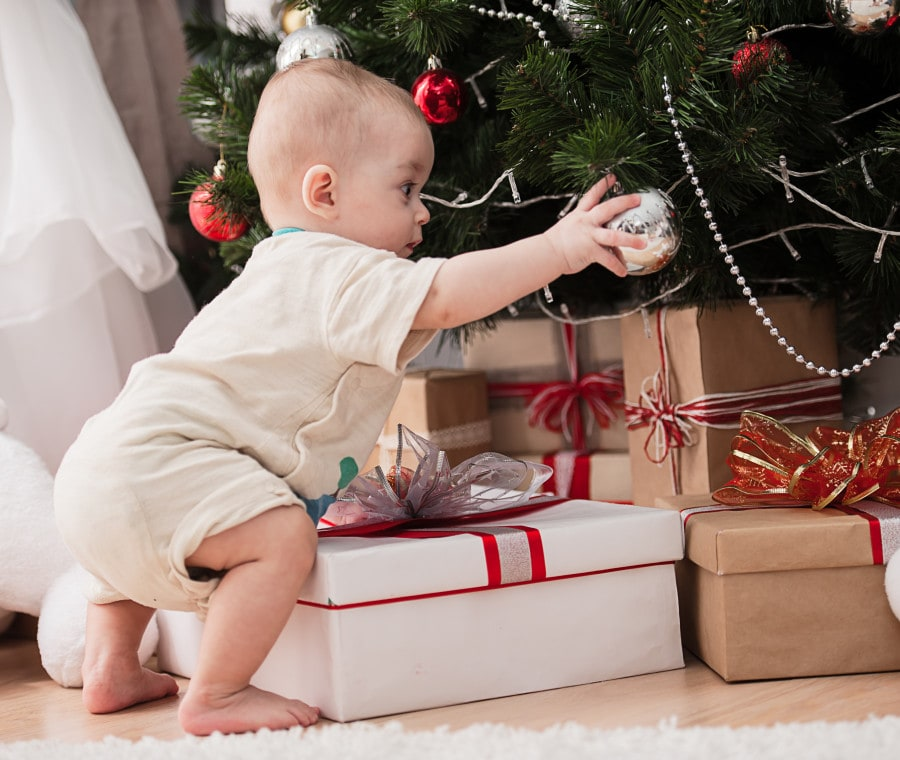 Palle di natale con immagini di bambini con cappelli di babbo natale per decorare la vetrina di un negozio di giocattoli e abbigliamento bimbi. L Albero Di Natale Per Bambini Piccoli Nostrofiglio It