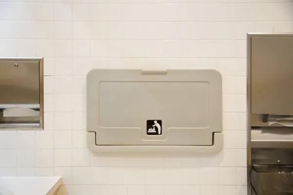 Squat for change il movimento dei pap per avere i fasciatoi anche nei bagni dei maschi