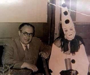 Cunqueiro con una máscara en un baile de Carnaval en el Casino de Mondoñedo