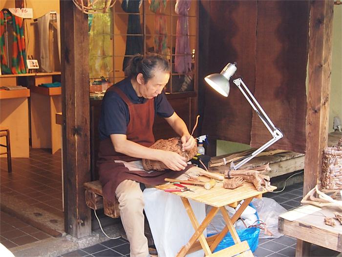 和ローソクや蔓で編んだ鞄の展示即売
