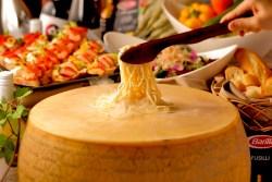 ニューヨークカフェ、チーズの器で作るカルボナーラとワインで楽しむ『スプリングディナーブッフェ』を春季限定で開催