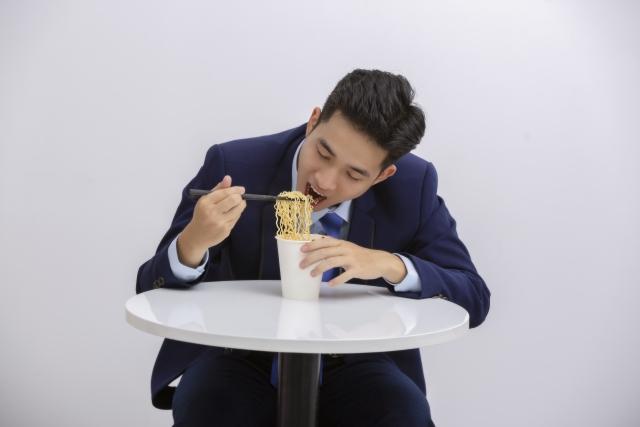 ラーメンを食べるビジネスマン