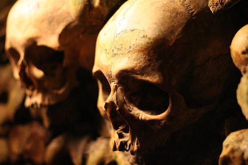 Calaveras humanas apiladas en las Catacumbas de París