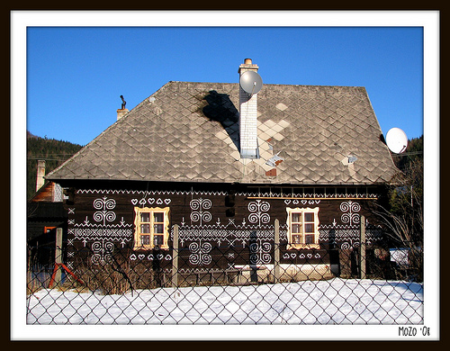 Casa con símbolos pintados en Čičmany, Eslovaquia