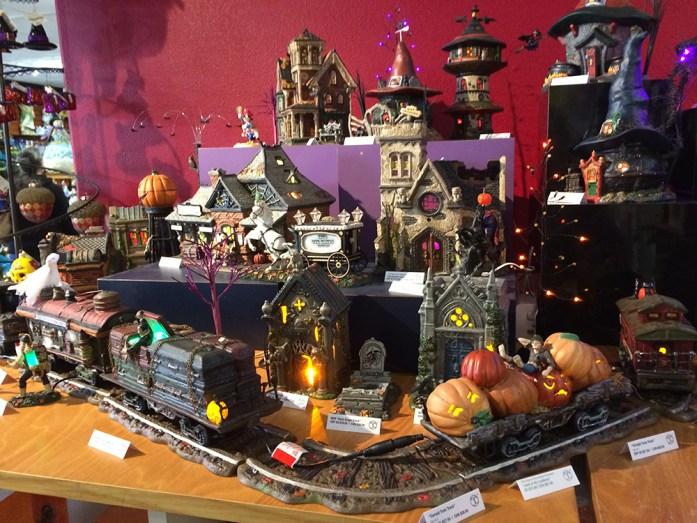 Decoraciones de Halloween en una tienda temática