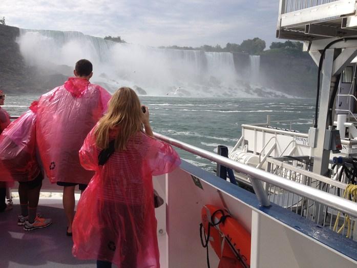 Haciendo fotos desde la cubierta del Hornblower, en Niagara Falls, Canada