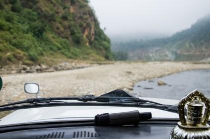 Mit dem Jeep durch den Fluss, Kurs Nordwest auf Banjhakateri