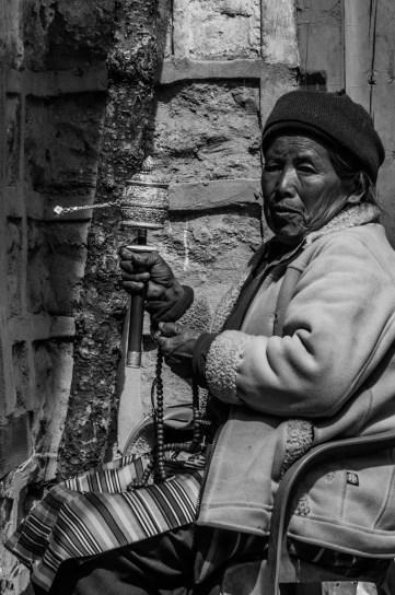 Sherpafrau beim Gebet