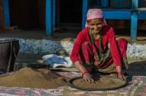 Motis Frau trennt die Spreu vom Millet
