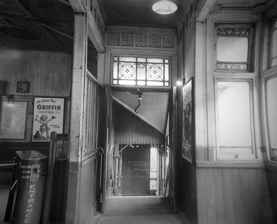 Photo by Unknown. Interior, 59th Street Station, 3rd Avenue El. Courtesy of Cyril Warren. 1939.