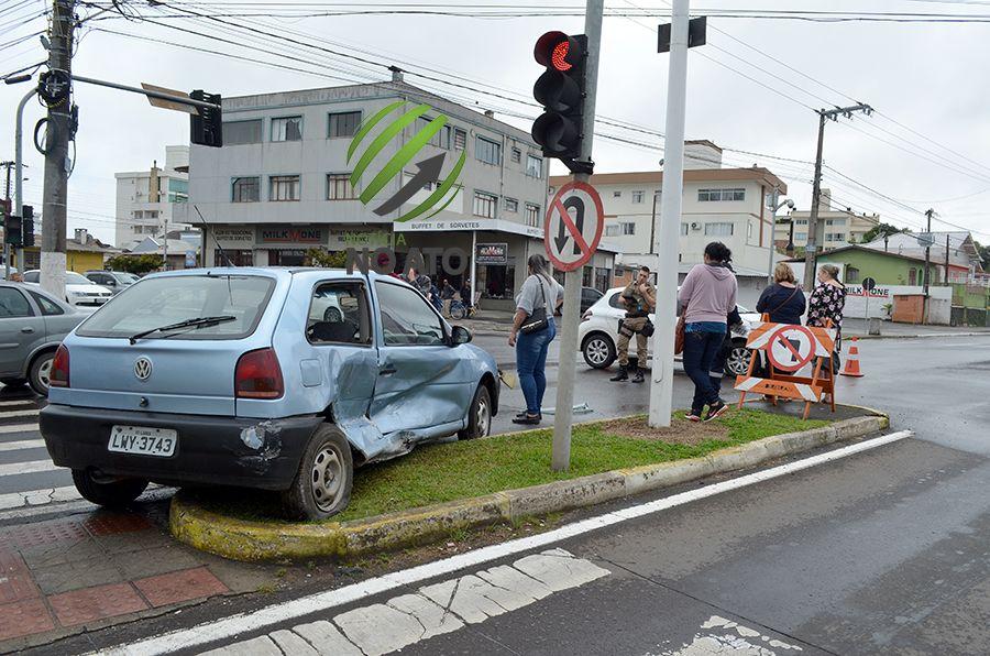 Batida em cruzamento:  condutores dizem que o sinal estava verde