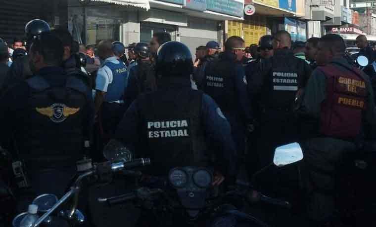 Mataron a policía en cola para canjear billetes de 100, en banco de Valencia (Imágenes)