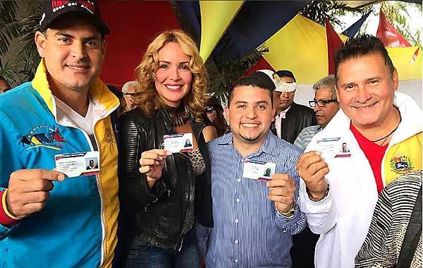 ¡Sonrientes! Así lucieron los artista sus 'Carnet de la Patria' (+fotos)