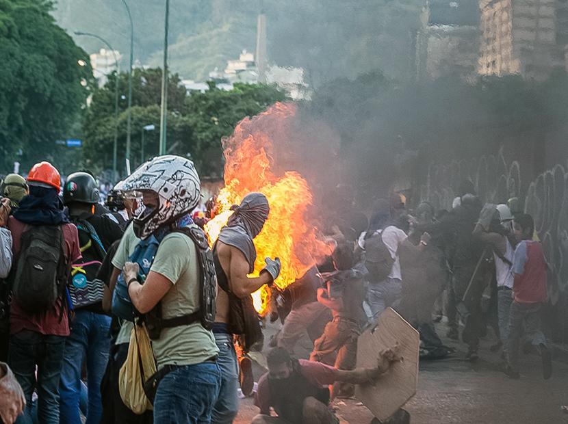 Lo que hay detrás del joven quemado en Altamira (Imágenes fuertes)
