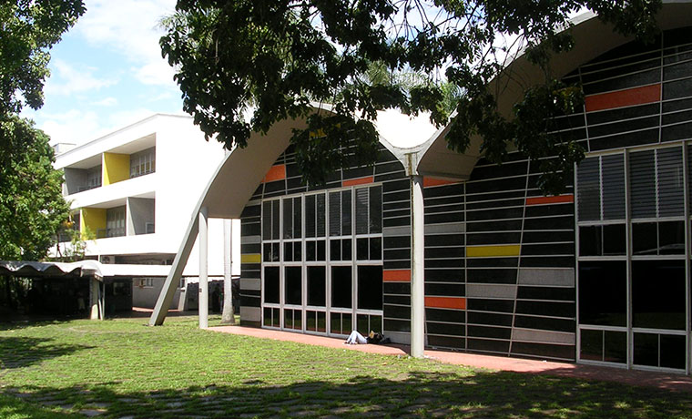 ¡Horror! Lanzan a estudiante del edificio de Ingeniería de la UCV y la GNB lo remata