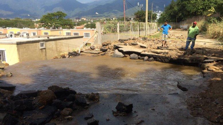 Explosión de tubería de agua causa inundaciones en Guatire