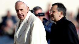 Papa francisco critica uso de móviles en misas