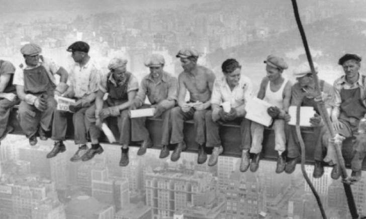 obreros del rockefeller center en plena construcción