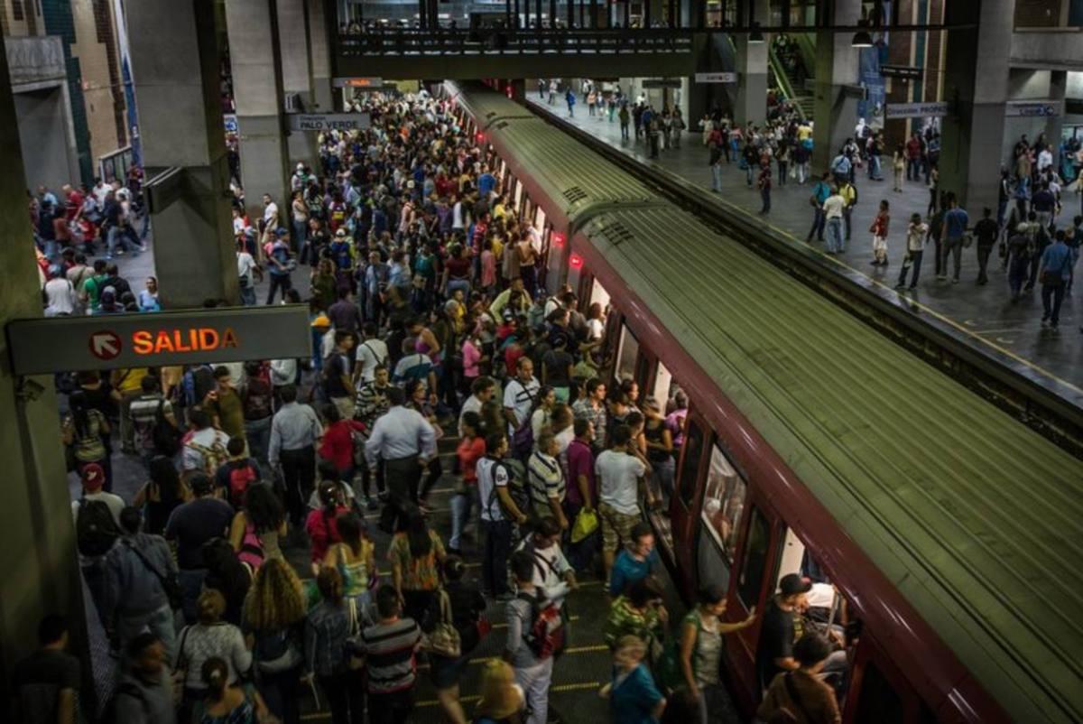 ¡Horror! Captaron el momento que usuario se lanzó a la vía férrea en el Metro Capitolio