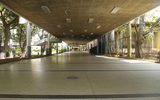desolados pasillos de la Universidad del Zulia por deserción escolar y renuncia de profesores