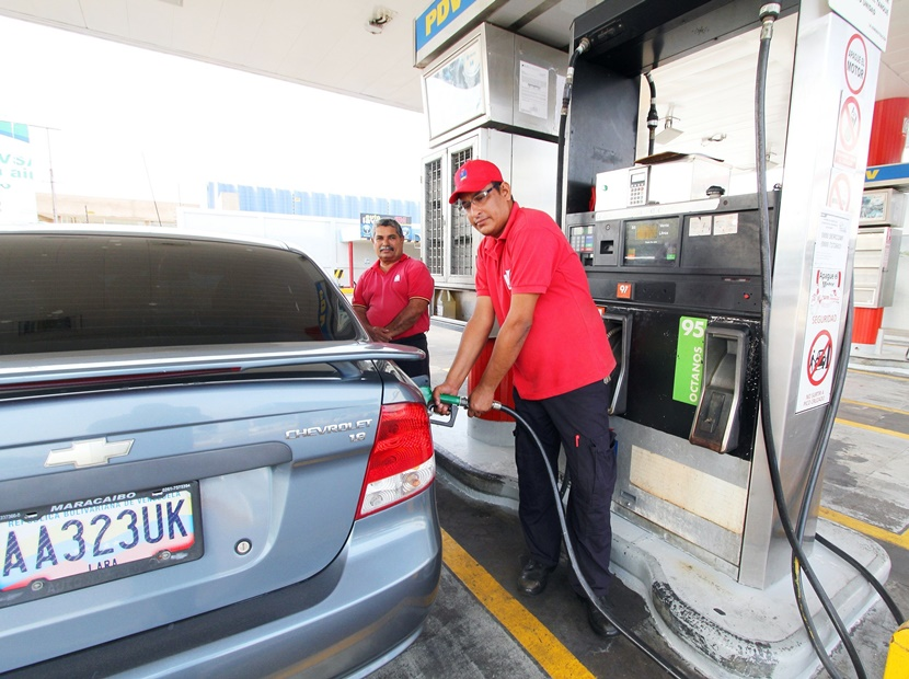 """Lo que costará llenar un tanque de gasolina """"sin el Carnet de la Patria"""""""