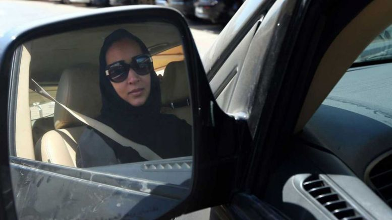 Mujer árabe conduce un auto luego que terminara la prohibición