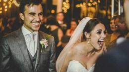 recien casados riendo