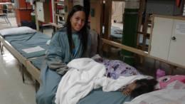 madre venezolana con hija operada