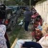 "Pese al frío, padres de familia ""acampan"" en Secundaria 55"